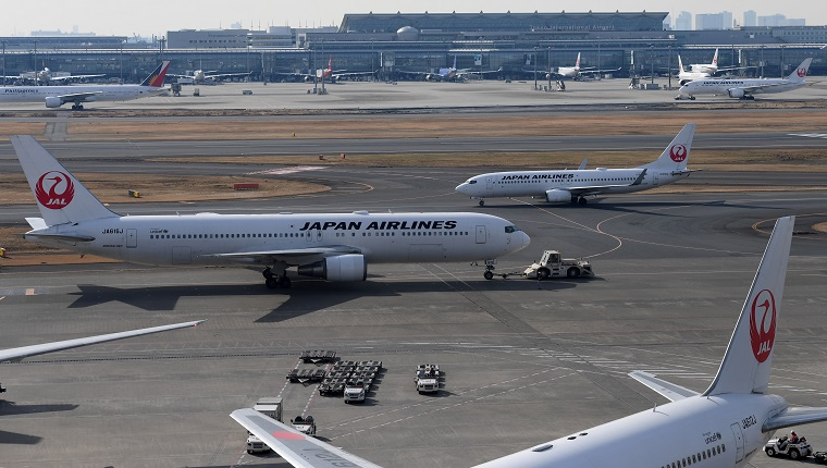 Japan Airlines (JAL) passenger jets taxi at Haneda International Airport in Tokyo on January 31, 2018. Japan Airlines (JAL) on January 31 reported a rise in net profit in the nine months to December thanks to brisk sales at home and overseas, but maintained its full-year forecast. / AFP PHOTO / Toshifumi KITAMURA (Photo credit should read TOSHIFUMI KITAMURA/AFP/Getty Images)